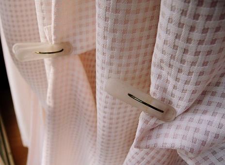 カーテンの裏側を洗濯ばさみで吊り上げる