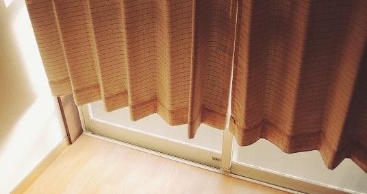 丈の短いカーテン