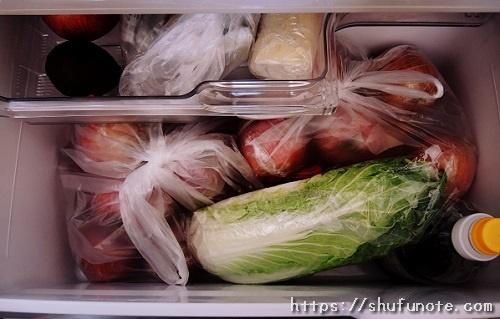 ビニール袋に入れたりんごを冷蔵庫に入れた様子