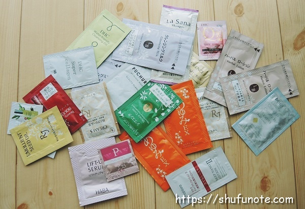 大量の化粧品サンプル
