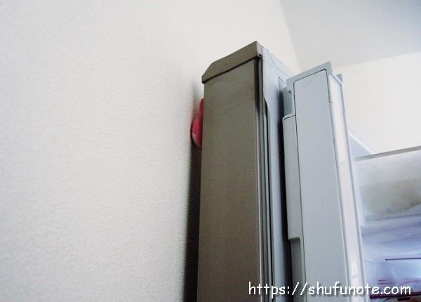 マグネットが冷蔵庫の扉と壁のクッションになります